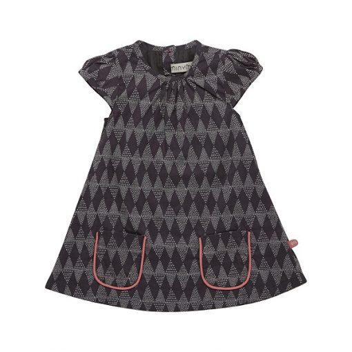 Prachtige Minymo Elsa jurk AOP voor elke gelegenheid. Gemaakt van 100% katoen. De jurk sluit met knopen aan de achterzijde. De Minymo jurk is met kleine ingezette mouwen. Voor een speelse look heeft de jurk twee zakken aan de voorzijde, deze zakken zijn afgezet met een afstekende kleur. De knoopjes aan de achterzijde van de jurk hebben dezelfde kleur roze als de afwerking bij de zakken.