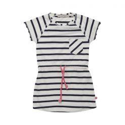 Sportieve Minymo Fiona jurk YD stripe voor elke gelegenheid. De jurk heeft korte mouwen, een ronde hals, een borst zakje en een tunnelkoord. Wil jij trendy en hip naar de peuterspeelzaal, school of een feestje dan is deze Minymo jurk echt iets voor jou. Verkrijgbaar in de maten 104 t/m 152.